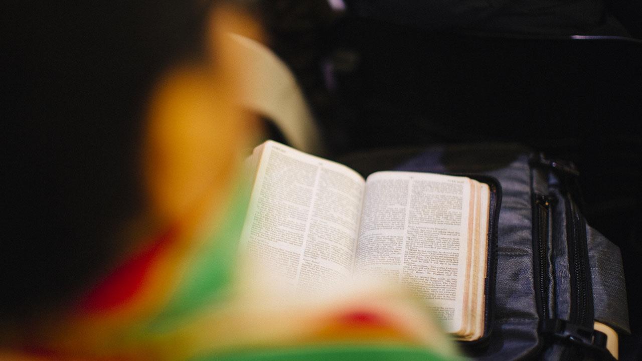 Unas estudiantes musulmanas se maravillan al leer Génesis